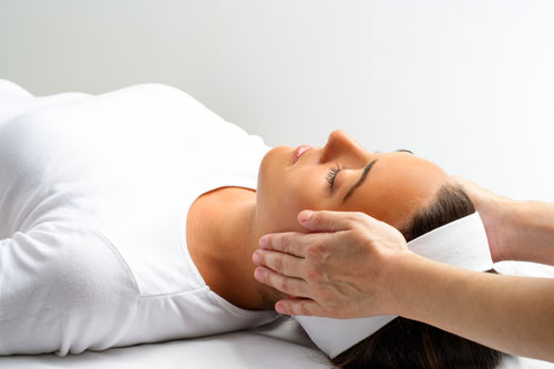Reiki treatment session for relaxation and harmony in the body